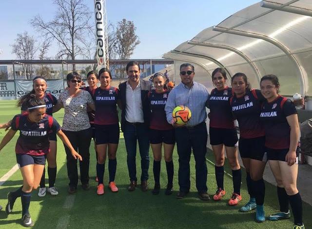 Equipo de futbol Tepa femenil con el síndico Alfredo Padilla