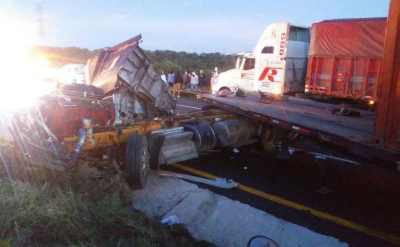 Un muerto en encontronazo entre dos vehículos de carga en SanJuan