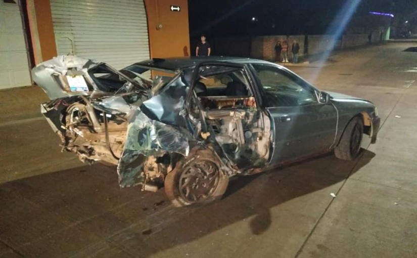 Se impactó contra otro auto estacionado, una casa y unposte